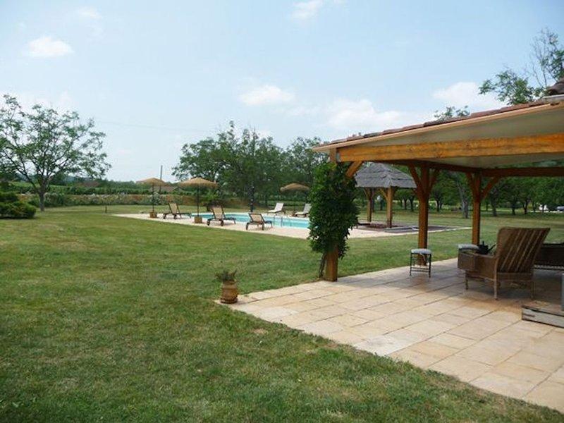 Maison de charme, superbe piscine privée, 12 personnes, classé 3*, parc 1 ha, holiday rental in Albas