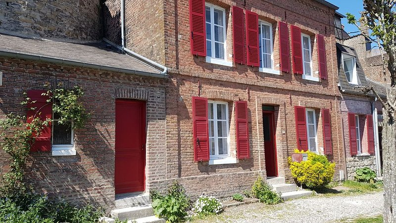 Virgule en B, maison de charme rénovée au coeur de St Valery sur S. avec garage, holiday rental in Estreboeuf