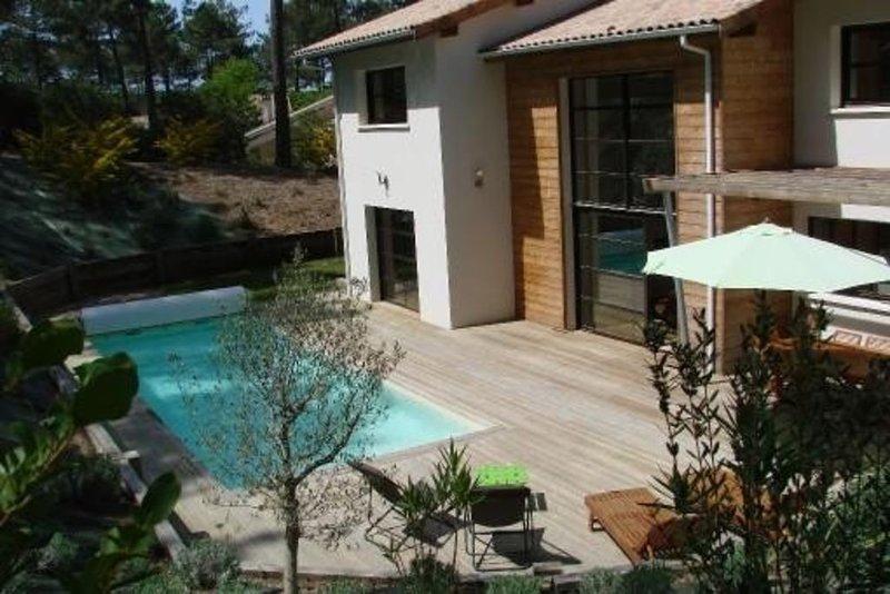 Villa haut de gamme, piscine chauffée au coeur forêt de pins, sur golf., vacation rental in Biscarrosse