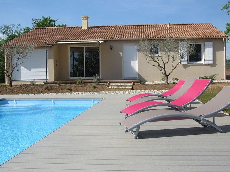 Maison individuelle grand confort avec piscine 3 chambres, 2 SDB pour 6 à 8 pers, aluguéis de temporada em Berrias et Castejau