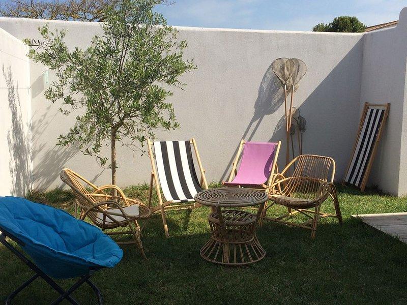 Jolie maison avec garage et jardin clos au centre de Loix pour 4 personnes, holiday rental in Loix