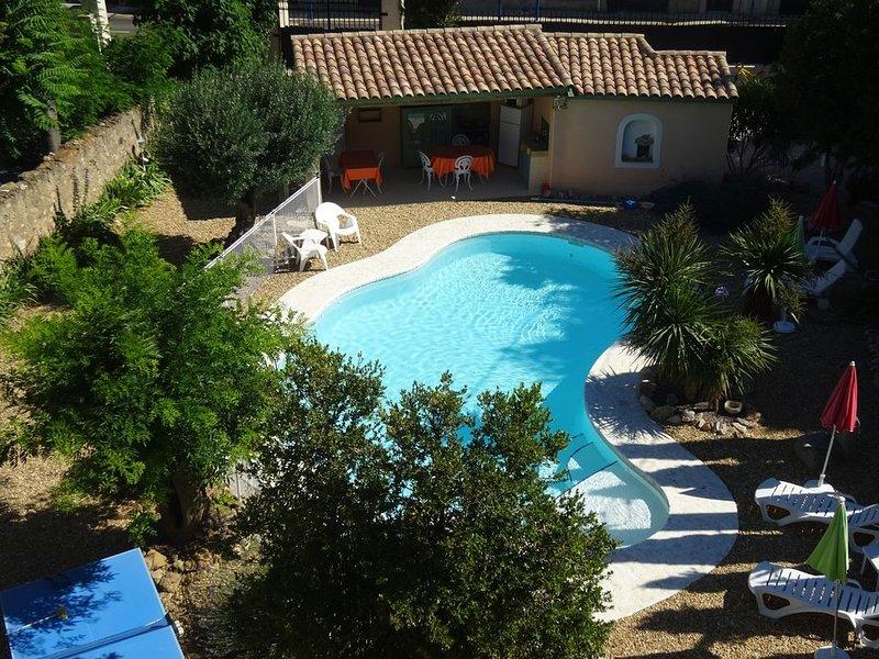 Appartement dans ancienne maison de maître avec piscine, parking, plages à 8 Km, holiday rental in Florensac