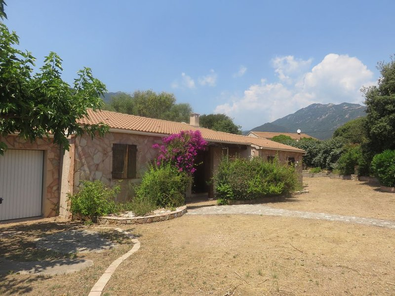 Location Maison 8 personnes sur beau terrain ombragé de 2500m2, holiday rental in Olmeto