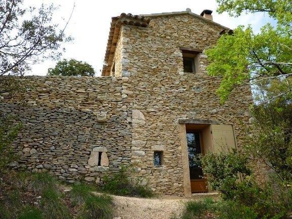 Vacances dans un authentique petit maset en pierres sèches dans la garrigue, aluguéis de temporada em Saint-Saturnin-les-Apt