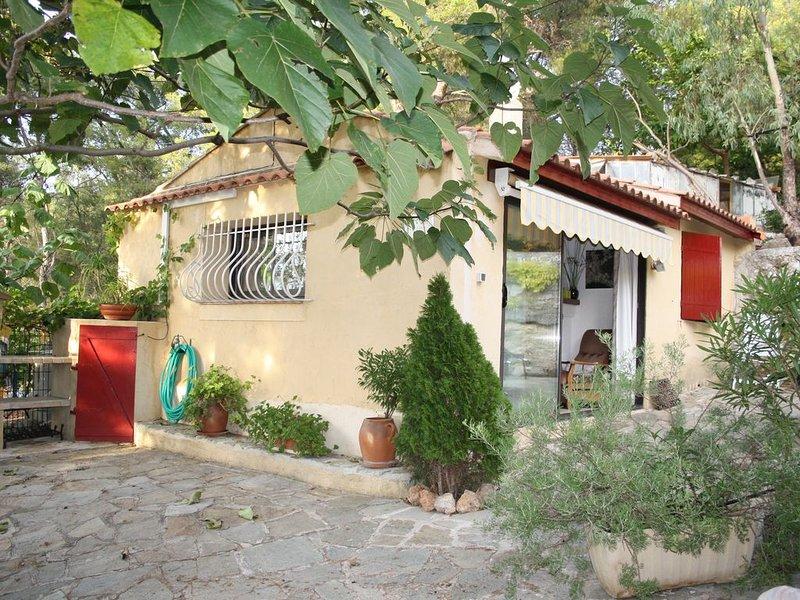 Pavillon indépendant en colline au grand calme avec piscine au calme classé 3 *, holiday rental in Carqueiranne