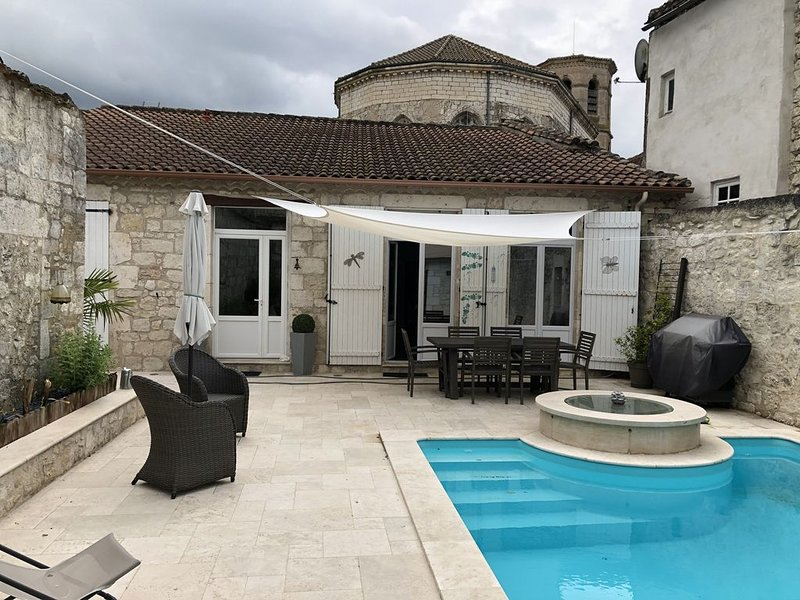 Maison de village avec piscine et spa, Ferienwohnung in Saint-Daunes