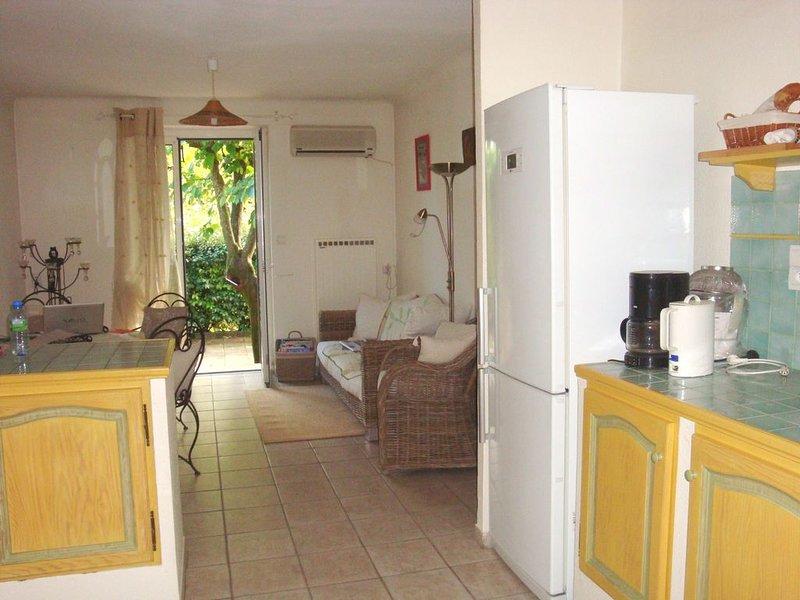charmante petite maison sans étage avec ses deux cours, à deux pas du centre, casa vacanza a Pernes-les-Fontaines