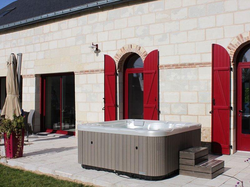 Jolie maison de campagne en pierre de tuffeau, 110m² au sol avec étage, holiday rental in Gennes-Val-de-Loire