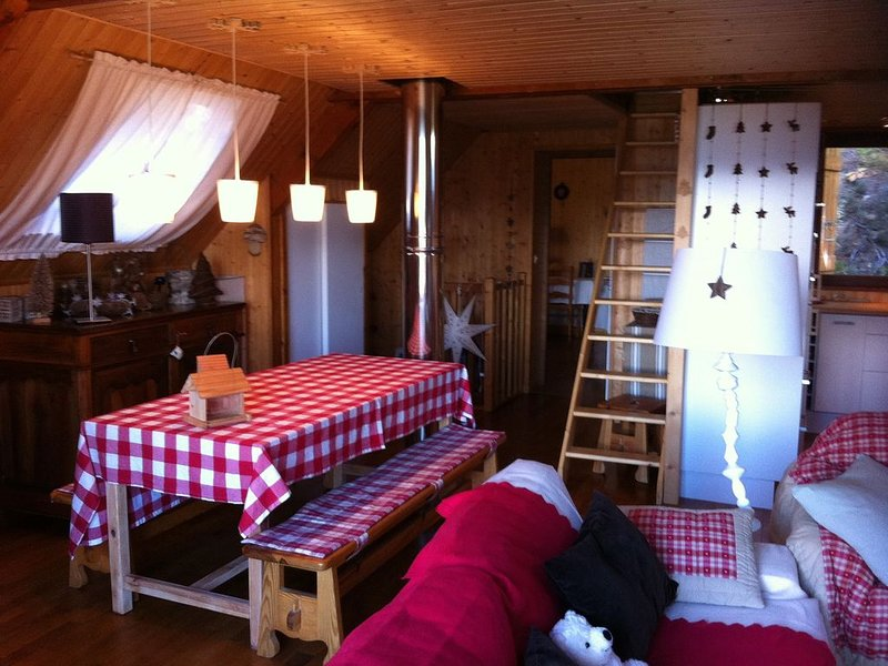 Coquet Chalet familial 8/9 pers,200 m pistes,face lac,impasse bord de forêt, holiday rental in Les Angles