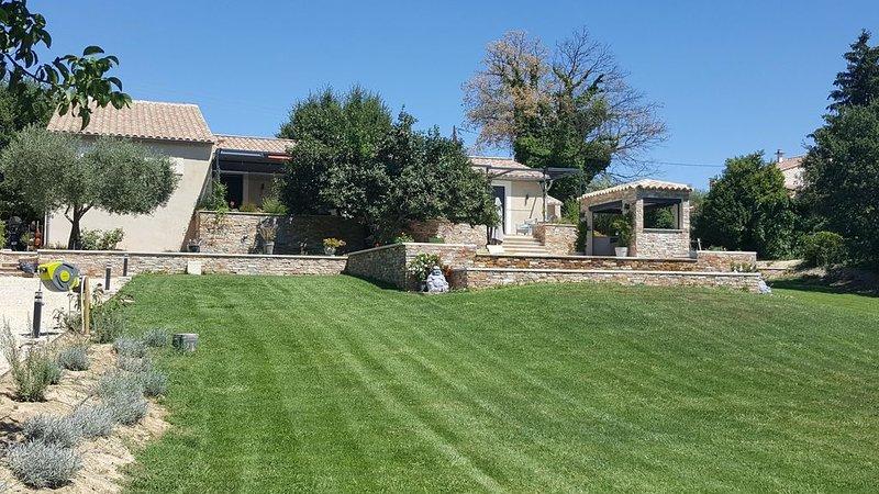 villa 'meuble tourisme 4* 'avec piscine a debordement dans le parc du luberon, aluguéis de temporada em Saint-Martin-de-la-Brasque