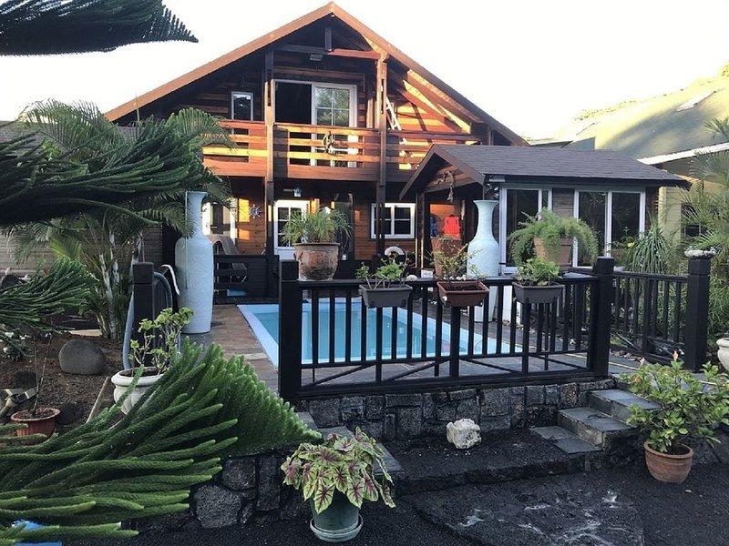 Magnifique Villa 'Chalet' tout confort à 100 m de la plage et du centre. Piscine, casa vacanza a Petite Riviere