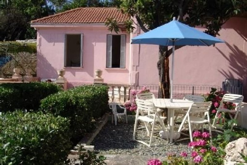 Villa dans site exceptionnel, les pieds dans l'eau, un petit paradis !, vacation rental in Brando