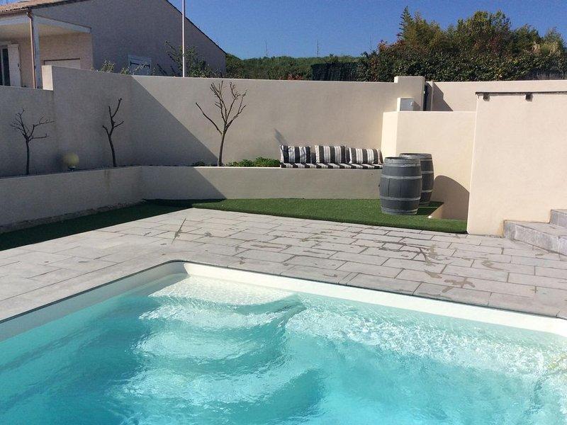 Villa contemporaine en bordure du Canal du Midi, avec piscine, holiday rental in Capestang