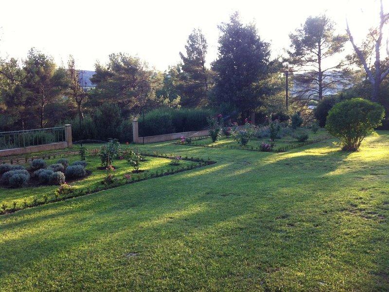 Au pied du site sainte victoire a quelques km d'Aix en Provence propriété 1.5Ha, holiday rental in Le Tholonet