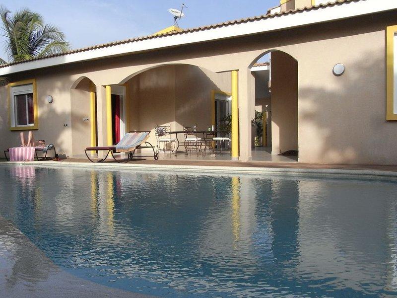 VILLA RECENTE GRAND STANDING, piscine privée à débordement, 180m de la plage., alquiler vacacional en Senegal