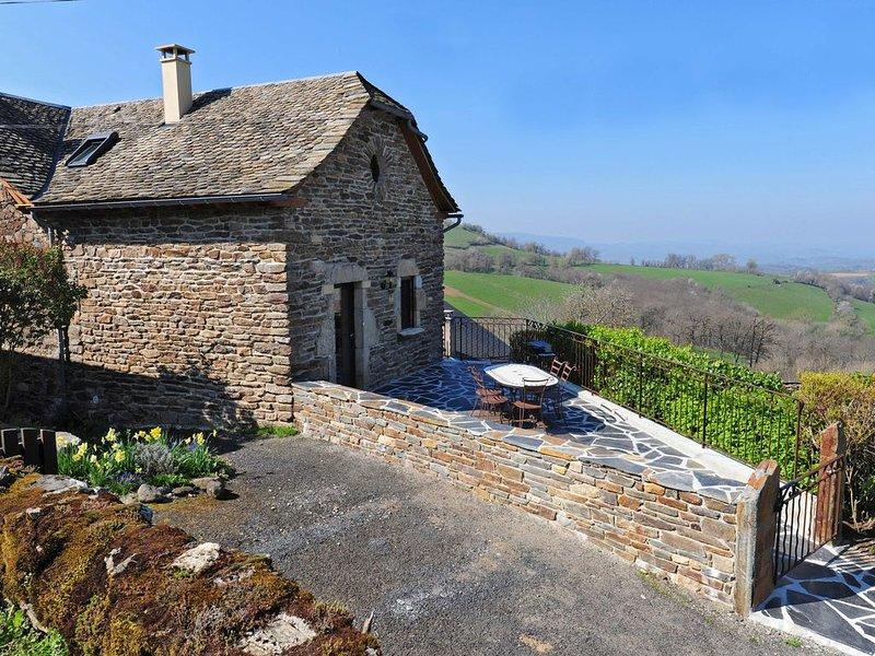 Gîte entierement renové aux portes de l'Aubrac avec vue sur la vallée du Lot, holiday rental in Montpeyroux