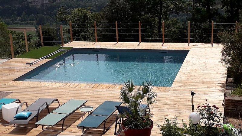 Maison de campagne avec piscine et superbe vue sur la vallée du  Lot, holiday rental in Blars