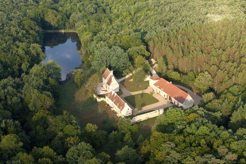 Gîte de charme  'L'Anglin' dans Domaine du Ris de feu de 160 ha avec Spa-Sauna, holiday rental in Prissac