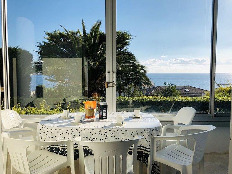 Superbe T3 rénové avec vue mer, tout à pied, 150m plage, wifi, parking, clim, aluguéis de temporada em Bandol