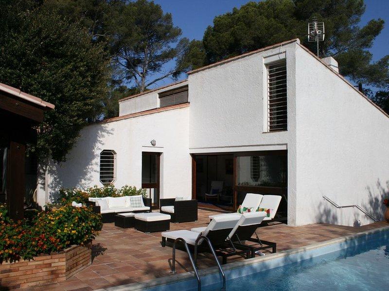 Belle maison d'architecte avec piscine au calme à 5' à pied du port du Brusc, holiday rental in Ile des Embiez