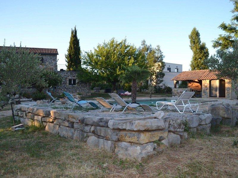 Maison avec piscine les vans, casa vacanza a Saint-Paul-le-Jeune
