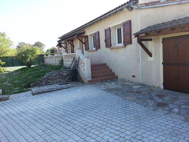 Maison individuelle sur 1000m² de terrain avec piscine 4 x 8 m, location de vacances à Vèzenobres