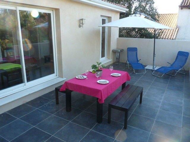 villa au calme avec piscine, aluguéis de temporada em Galargues