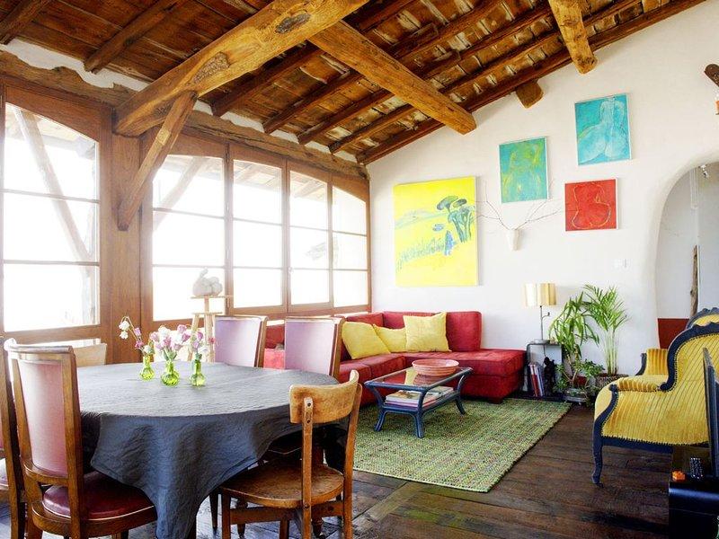 Apartamento em estúdio de um artista antigo: janelas brilhantes e toque artístico!