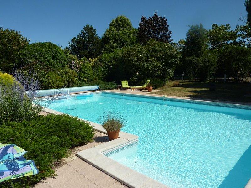 Très jolie villa piscine privée & magnifique jardin arboré à côté de la Rochelle, holiday rental in Saint Vivien