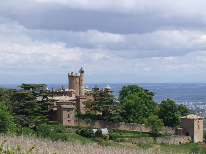 Gite de charme dans une tour de château, au cœur du Beaujolais, 40 km de Lyon, aluguéis de temporada em Charnay