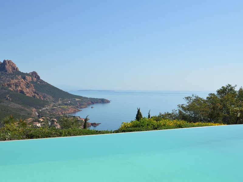 Villa 14 personnes, piscine et vue mer, holiday rental in Agay