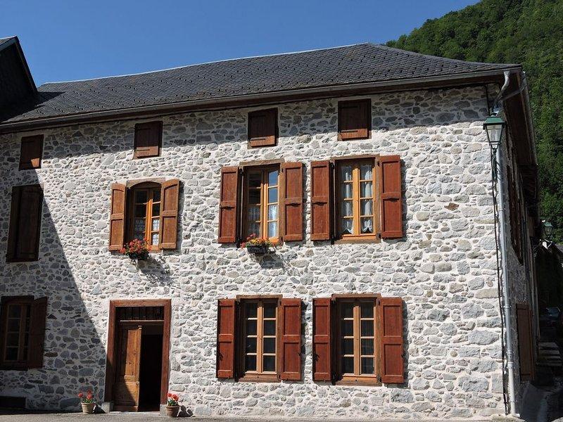 Appartement indépendant dans maison en belles pierres apparentes, holiday rental in Guzet Neige