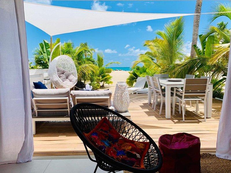 Sur la plage, piscines, vue mer ! Magnifique 2 chambres 2 bains rénové 2 à 4 per, location de vacances à Baie Nettle