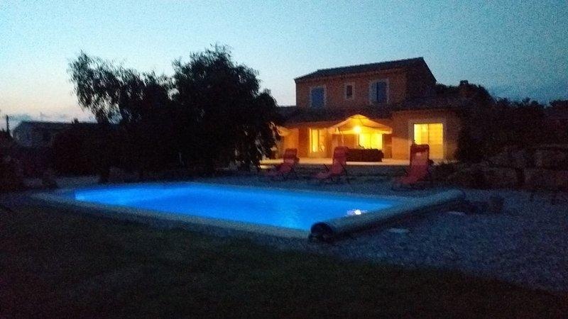 Belle villa avec sa piscine privée au pied du Mont Ventoux  à Malaucène, vacation rental in Malaucene