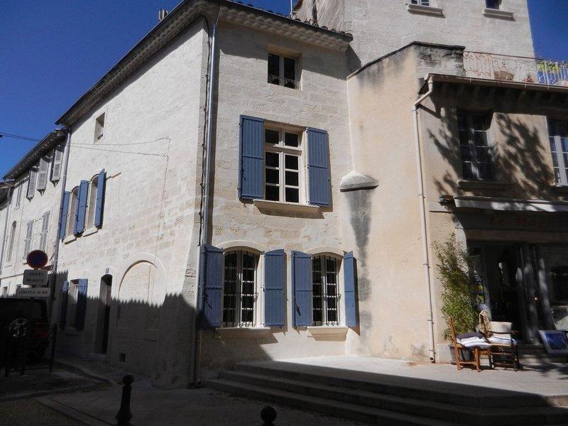 Chambre indépendante dans le centre ancien, holiday rental in Villeneuve-les-Avignon