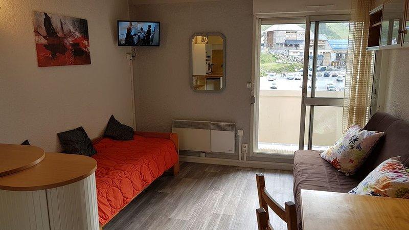 studio au pied des pistes , idéal randonnées ,parking couvert , balcon, holiday rental in La Mongie