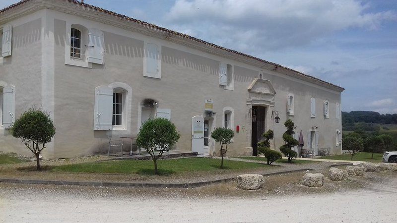 Appartement dans belle bastide - Golf & piscine chauffée – semesterbostad i Feugarolles