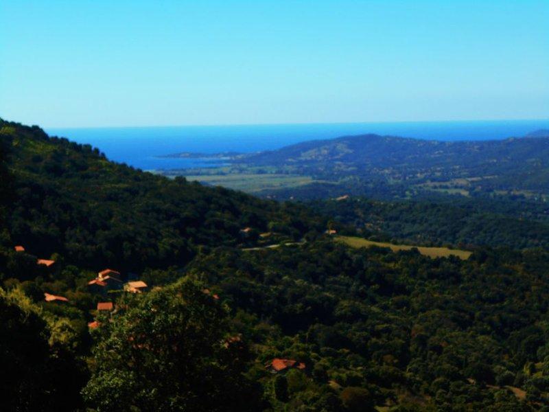 Rez de jardin indépendant avec vue exceptionnelle mer montagne Propriété fermée, vacation rental in Petreto-Bicchisano