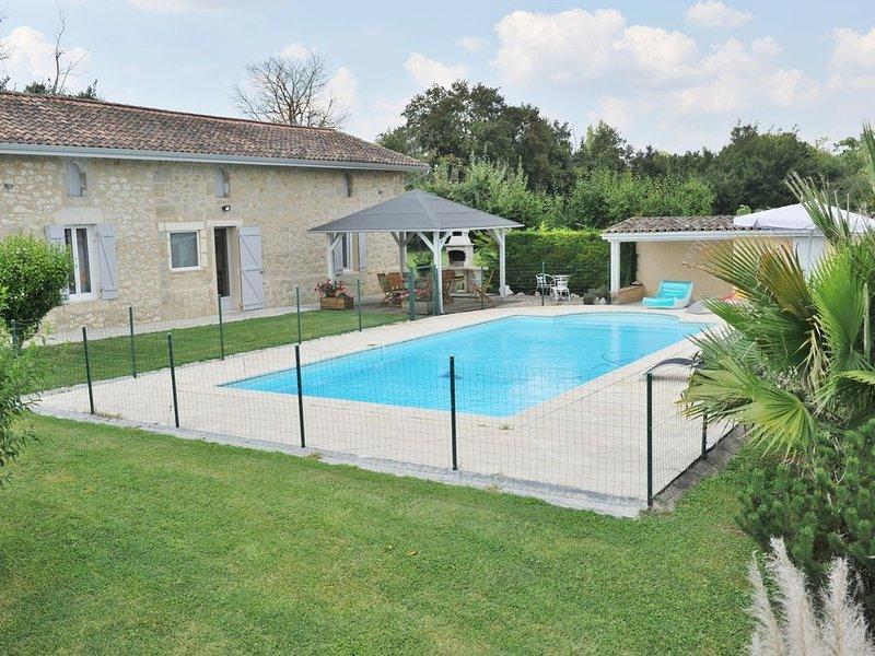 Ferme entièrement restaurée en pierre avec piscine privée, holiday rental in Lauzun