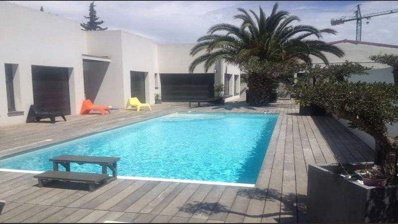 Magnifique et spacieuse villa moderne de 230m2 avec piscine, location de vacances à Baho
