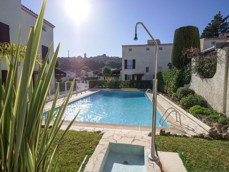 Cap d'Antibes- villa - 300 m plage de sable - 6 pers/3 ch - Clim + WIFI, holiday rental in Cap d'Antibes