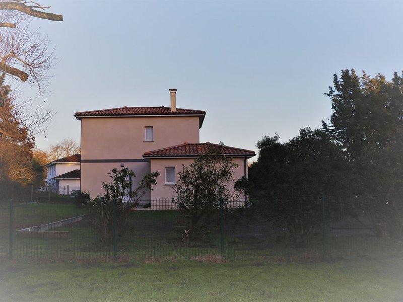 Villa neuve Pessac dans parc de 2000 m2, holiday rental in Saint-Jean-d'Illac