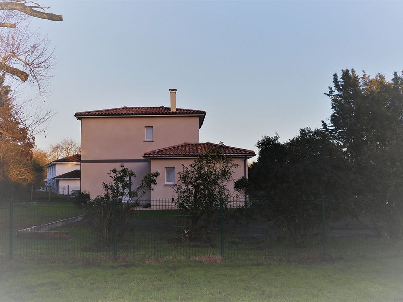 Villa neuve Pessac dans parc de 2000 m2, holiday rental in Cestas