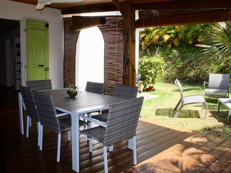 grande villa au calme dans jardin tropical, holiday rental in Etang-Sale les Hauts