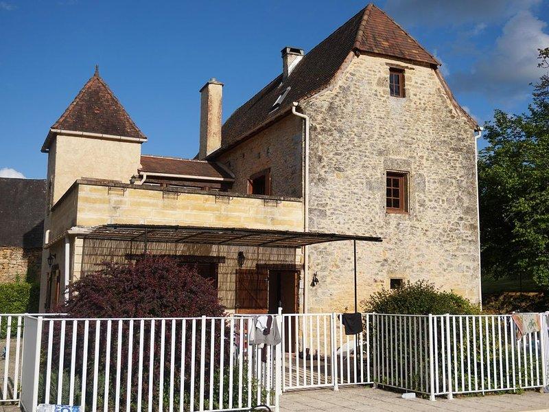 Maison de charme au calme avec piscine, proche de Sarlat, holiday rental in Saint-Julien-de-Lampon