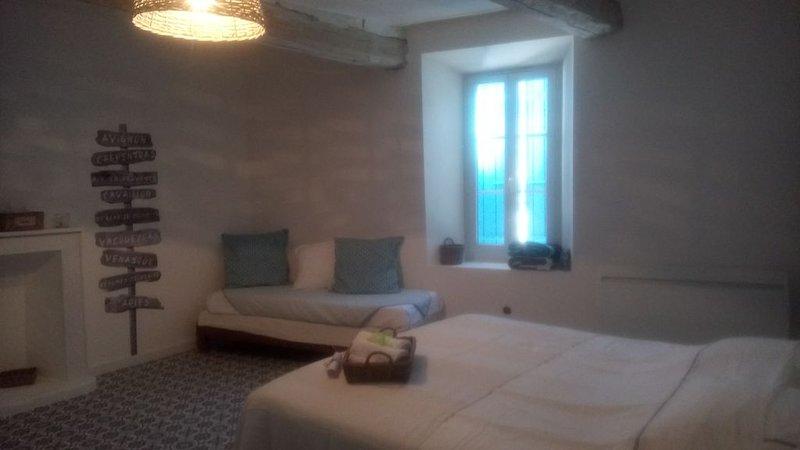 Chambre dans maison de village, location de vacances à Uchaux