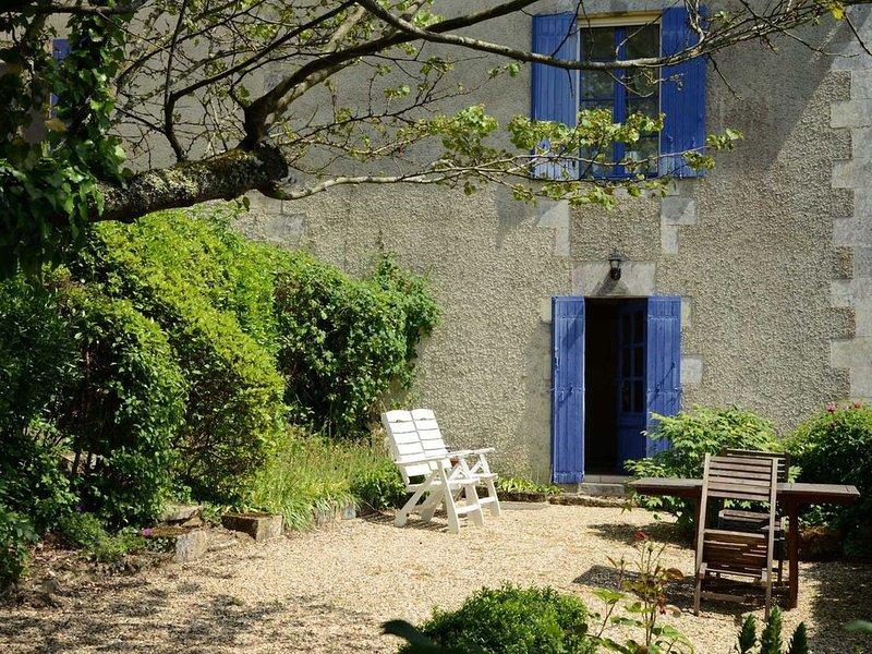 Estuaire Gironde - Proche BLAYE  Dans les vignes à 1 km tous commerces Gite 75m², holiday rental in Reignac