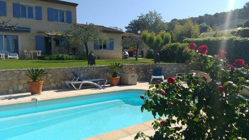 Villa pour 8- piscine privée - chambres climatisées- Royal Mougins GOLF à 3m, vacation rental in Mougins