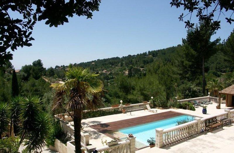 Magnifique villa avec terrasse et piscine - 5 Chambres 10 personnes, holiday rental in La Cadiere d'Azur