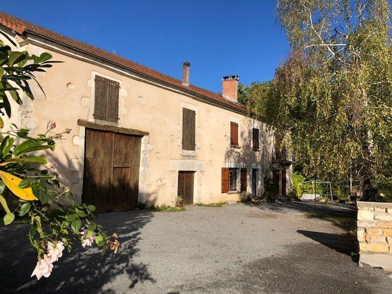 Grand gîte au milieu des prés, holiday rental in Saint-Martin-de-Fressengeas